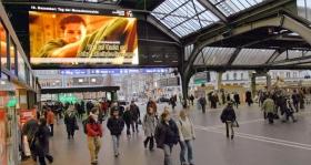 A Fiatalok az Emberi Jogokért Társadalmi célú hirdetései Svájcban, a zürichi főpályaudvaron.