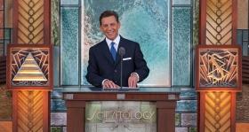 David Miscavige, a Szcientológia vallás vezetője, a Religious Technology Center Vezetőtestületének Elnöke vezette a ceremóniát az új Pasadenai Szcientológia Egyház megnyitóján.