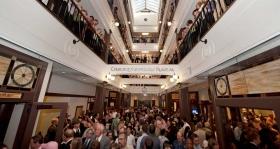 Amint a szalag lehullt, az ezernyi szcientológus és vendég bejárta az egyház gyönyörű négyemeletes épületét.