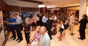 A felavatási ceremóniát követően tömegek tekintették meg az új Pasadenai Szcientológia Egyház közönséginformációs központját.