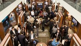 Azúj ideális szervezet közönséginformációs központjában több ezren ismerik meg a Szcientológia vallás tanait és gyakorlatait, az Alapító, L.Ron Hubbard életét, valamint a Szcientológia által támogatott számos társadalomjobbító és közösségi programot.
